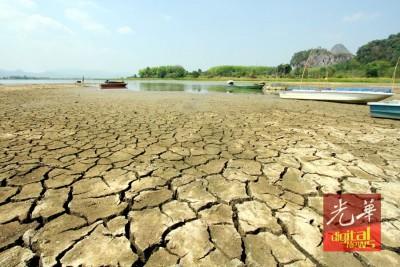 玻璃市知马打苏(Timan Tasoh)水坝的水位已降到逼近危急水平。