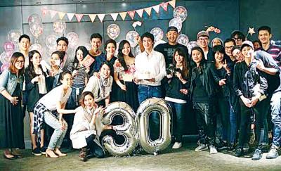 欧洲冠军联赛下注平台(中白衣者)也家里王靓蕾设生日派对,同一多好友围绕以简单口身边。