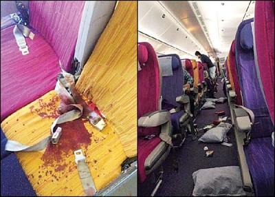 事后有座位留有一摊血迹,机舱走道散落杂物。