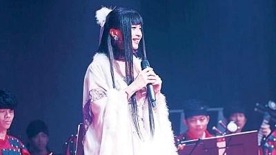 """钟洁希在演唱会中以""""中国风""""演绎不同年代的歌曲,别有一番风味。"""