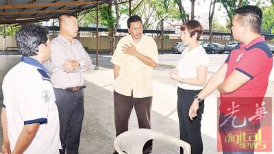 林玉龙(左2)及徐珮诗周四上午代表董家协与保安公司负责人莫哈末诺(中)交涉。