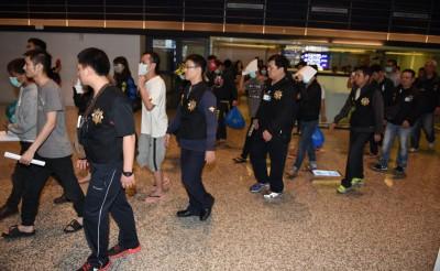 20名嫌犯抵达台湾桃园机场,经警方侦讯后全部获释。(中央社照片)
