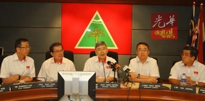 马袖强(面临)主办中委会后,做记者会。左起是刘华才、张国智、梁德明和刘开强。