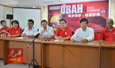 林冠英(中)召开记者会,宣布行动党竞选29个州议席。右3为张健仁,右2为曹观友。