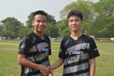 东(地下)进球功臣叶伟胜(左)跟吴冠佑(右)彼此祝贺,欢庆球队胜利。