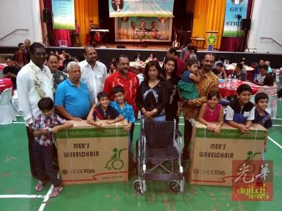 雷尔(左)捐10大轮椅给出用的人选,由于哥宾星(左4由)、精日星(左5)、古蜜柯与蓝卡巴(右)伴。