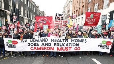 示威者浩浩荡荡在伦敦市中心游行。(法新社照片)