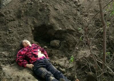 丁翠梅被挖出时已停止呼吸。