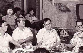 林苍佑(左2)与胡万铎(左3)、白纯瑜(右)和李万千(右2)在1982年4月的竞选千人宴会上,为许子根(左)站台助选。