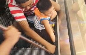 去年7月份,槟城有一名3岁男童疑因好奇而坐下并用右手触摸扶梯,结果手掌被捲入缝隙。(档案照)
