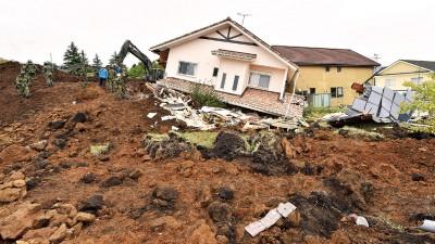 地震后大量民房被毁,灾民需觅地过夜。(法新社照片)