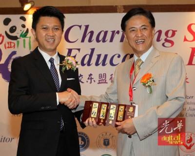 周雪峰(右起)赠送纪念品给予张盛闻。