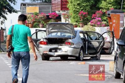 匪徒倒车撞警图突围,车尾被撞毁。