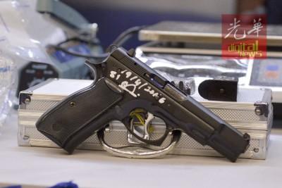 警方在行动中起获一把手枪。