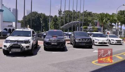 警方起获涉案的部分轿车。