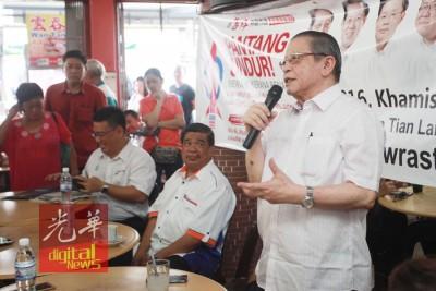 林吉祥演讲,左起黄汉伟州议员及诚信党主席末沙布。