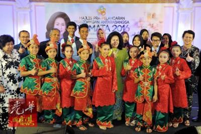 罗斯玛(中)出席2016年国家学前国际大会预先推介时,与众嘉宾及小孩合照。