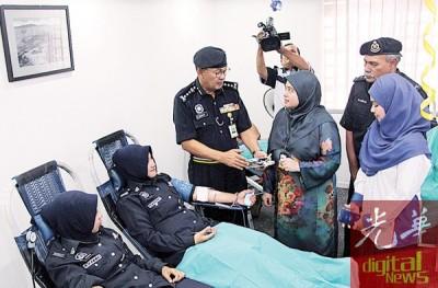 阿都嘉化正向医院代表了解捐血过程。