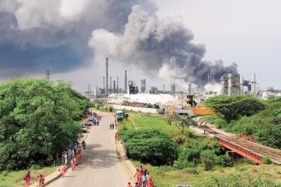 化工厂爆炸后,附近居民纷纷疏散。(法新社照片)