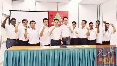 新上任槟州民青团代团长的卢界燊(左5)坦言,新阵容内具有不少专业人士势要为时下年轻人发声及继续监督槟州政府。