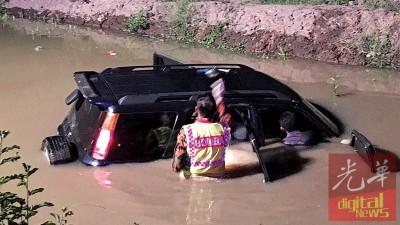 车子失控撞入河内,幸及时逃脱,没有造成任何伤亡。