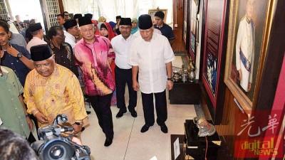 敦莫哈末卡里(右起)、依德利斯哈伦、纳吉等参观已故敦嘉化峇峇故居,缅怀老战友。