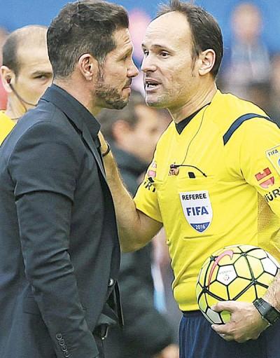 """主裁判拉奥斯(右)问马竞司令员西蒙尼:""""球是谁扔进场的?"""""""