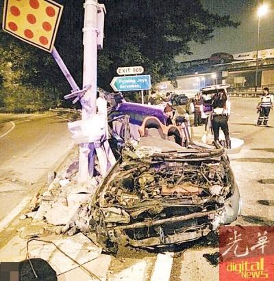 轿车失控撞电柱后毁不转移。