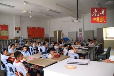 课室里有4把大型风扇同时运作,确保学生能专心上课。