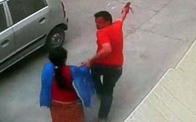 受害人被人从工作地点强行拉进车内,一男一女见状试图追车但救不了人。