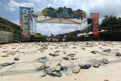 事发时,民众慌忙逃生,现场留下大批鞋子和杂物。