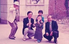 1988年10月陪同林苍祐访华时,在天津市效外乡区,时任高级行政议员阿都拉曼阿巴斯(左一)、许子根与副州秘书诺拉尼和村童嬉戏。