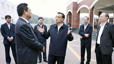 神州国务院总理李克强(右三)达成周日考察四川泸州地震遗址。