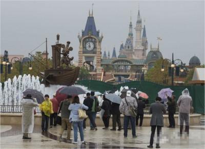 上海迪士尼小镇周三第一开供民众游览,抓住众多市民前来参观。