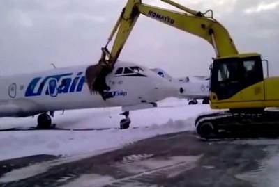 打泥车不绝狂砸客机机头。