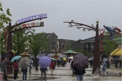 迪士尼小镇内的商铺还未曾正式运营,可任何小镇的风貌已经基本显露。