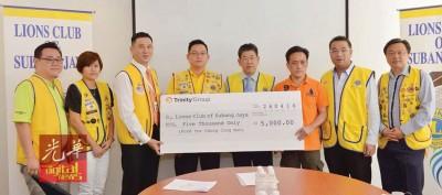梁斯杰(左3)将5000令吉支票移交给张惠强。左起为叶有财、陈晓薇、张国专、戴成龙、林黎辉和杨庆龙。