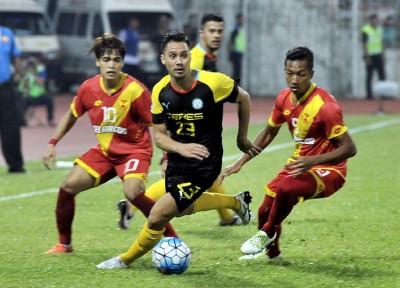 菲律宾谷神星群的先锋马丁(受到)以个别名雪兰莪球员夹攻下品尝突围。