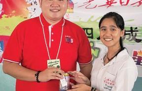 营长珊宁(右)赠送纪念品予振德哥(左)。
