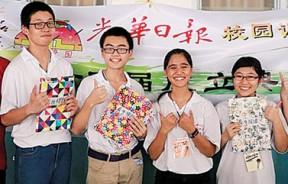 版主黄振德颁发最佳标题及最佳报道奖,由林明源(左二)、张志宽(左三)、余柔慧(右二)、陈绚萱(右一)获得,营长珊宁陪同。