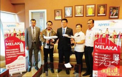 Xpressair航空将于4月29日开启马六甲─北干峇汝首航。左起依曼、诺华、林万锋、林玉莲及苏海米。