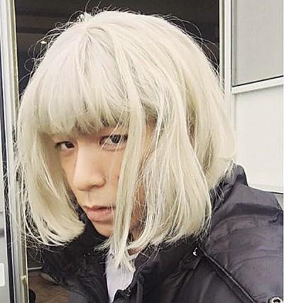 T.O.P晒出一张自己带著银色短发妹妹头的自拍照。