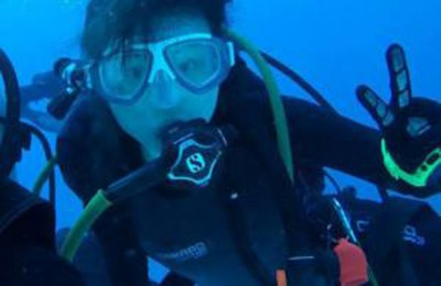 梁秋萍热衷于潜水,当时是它们发出前同上的最终留影。(获得自脸书)