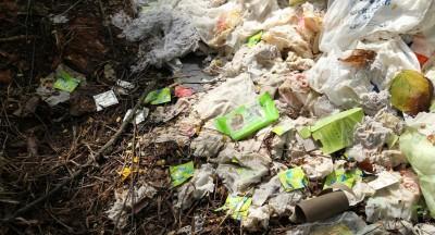 丛林淫窟可见堆积如山的一袋袋用过的保险套、纸巾、润滑剂盒。