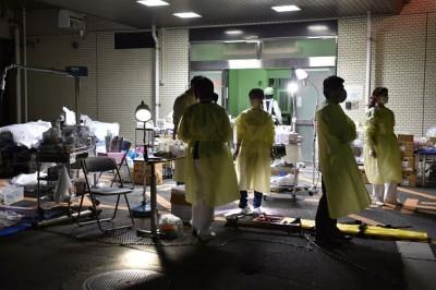 熊本市民病院(医院)在震后有结构安全问题,医护人员将物资移到室外继续治疗病人。(Getty Images)