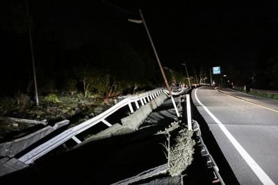 地震威力强劲,马路出现一条大裂痕。(Getty Images)