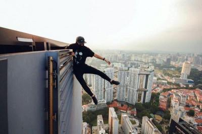 安东尼在摩天楼顶层拍摄单手吊挂的照片!