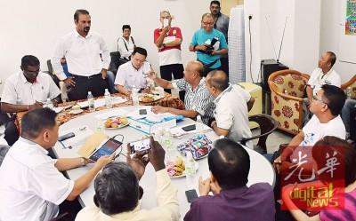 行动党3名国、州议员雷尔,蓝卡巴与杨顺兴,与发林新市镇联合居民协会代表会面。