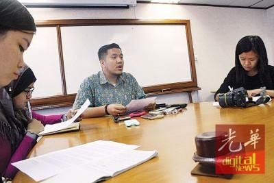 阿菲夫针对浮罗山背新路头港口养虾场召开记者会。