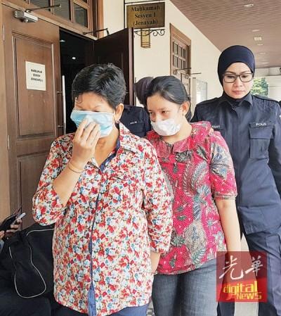 两被告被押出法庭,都戴上口罩。